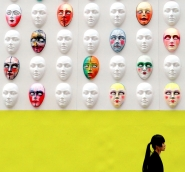 Maschere colorate, dipinte una diversa dall'altra, decorano la facciata del palazzo della Rinascente in piazza Duomo: si tratta del progetto 'Il cosmo della bellezza', una delle sette installazioni scenografiche dislocate in diversi punti di Milano, pensate per abbellire la città in occasione della settimana della moda femminile che prenderà il via il 20 settembre.  [img]http://www.micromosso.com/immagini/staff.jpg[/img]