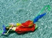 Dicevo sempre di non sognare. Di fatto non ricordavo i sogni. Ora si. Non solo li ricordo, ma li racconto , quindi questo è un tentativo di scrivere per immagini degli stralci di sogni sognati. Ringrazio ufficialmente &quot;lo staff&quot; da spiaggia ma assolutamente professionale:)))))) che quest&#39;estate mi ha assecondato a oltranza simpatizzando con i miei sogni, in questo caso un grazie speciale a Roberta .</p> <p>[img]http://www.micromosso.com/immagini/staff.jpg[/img]