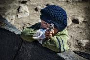 &quot;Valle de los Volcanes&quot;, Ande Peruviane, 5.000 mlm. Questo bambino - vedendo la mia reflex con il 70-200 tira fuori la sua pistola-giocattolo, prende la mira e... BangBang! Colpito! </p> <p>[img]http://www.micromosso.com/immagini/staff.jpg[/img]