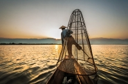 Inle Lake, Myanmar 2014.</p> <p>Consiglio la visione a schermo pieno.</p> <p>...Lo so... sono un latitante... prendetemi per quello che sono...</p> <p>Cari saluti a tutti.</p> <p>[img]http://www.micromosso.com/immagini/staff.jpg[/img]