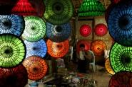 un negozio di lampade nei pressi di Bagan, sera inoltrata, un&#39;acquazzone improvviso mi &quot;costringe&quot; a notare la scena...</p> <p>[img]http://www.micromosso.com/immagini/staff.jpg[/img]