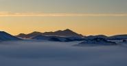Lassu,<br /> tra le mie nuvole,<br /> anche la fretta<br /> mi siede accanto...<br /> ...ed aspetta... </p> <p>-Dorino Bon-</p> <p>Castelluccio di Norcia<br /> galleggia nelle nuvole basse,<br />  mentre il vento dell&#39;alba spettina le cime delle montagne... </p> <p>Nemmeno nei miei sogni avrei immaginato<br /> una immagine come questa.<br /> Sento il click della mia macchina fotografica<br />  e mi accorgo che sto trattenendo il respiro...</p> <p>Anche in Full<br /> [img]http://www.micromosso.com/immagini/staff.jpg[/img]<br />