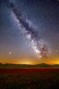 """[img]http://www.micromosso.com/immagini/staff.jpg[/img]  Castelluccio non è piu la stessa, non sono piu gli stessi i paesi intorno. Niente è uguale a """"prima"""".... Almeno alla vista di chi per la prima volta  và, dopo il Sisma.  Basta attendere la notte ed allora tutto diventa come prima...  stesso silenzio stesse luci  stesse stelle  Forse cambio io ...  ma il posto resta cosi come lo conoscevo"""