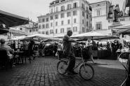 In giro per i mercatini rionali di Roma, soprattutto la zona centrale si riesce a respirare la presenza di Roma e vedere il cuore delle persone